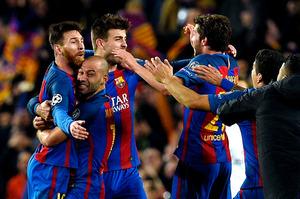 大逆転で8強入りを決め、喜ぶバルセロナの選手たち=AFP時事