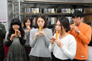 ちくわ笛を演奏するファンタスティックスのメンバー=神戸市長田区