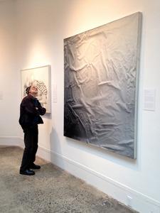 米フィラデルフィアのウッドミア美術館で「ARTZ フィラデルフィア」が行った鑑賞プログラムで、絵画を考察するカール・ドゥーザンさん(スーザン・シフリンさん提供)