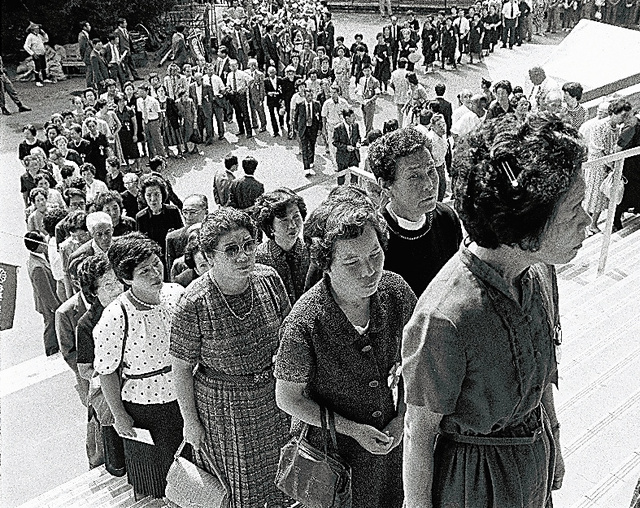 全国戦没者追悼式の会場に入る遺族たち=1985年8月15日、東京・日本武道館