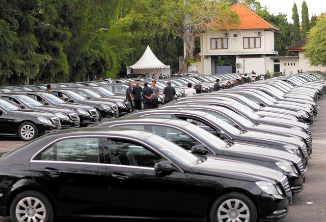 2日、サウジアラビアのサルマン国王訪問を前に、インドネシア・バリ島ヌサドゥアの高級リゾート地にある政府の観光事務所前には、高級車がずらりととまっていた=ロイター