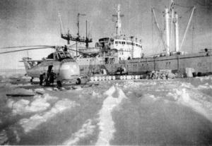 南極での荷役の様子。雪原にヘリコプターが着地している=関門海峡らいぶ館提供