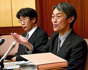 調査状況について説明する吉本馨・私学課長(右)ら=9日、大阪市中央区の大阪府公館
