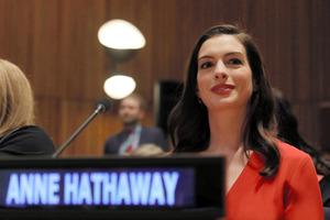 米ニューヨークの国連本部で8日、演説するアン・ハサウェイさん=ロイター