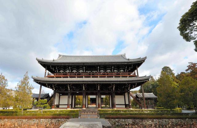 東福寺三門(国宝)の正面。堂々と京都の空の下にそびえ立つ