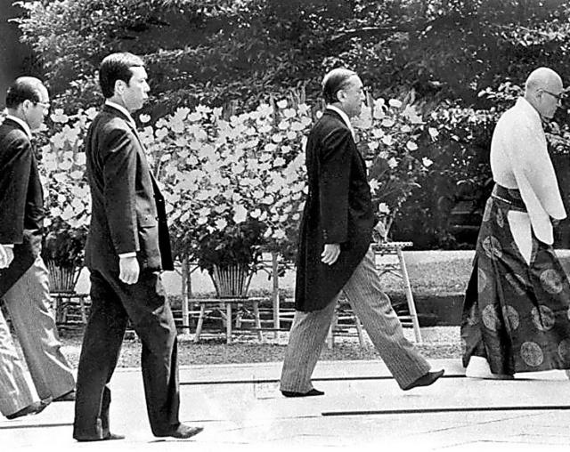 靖国神社を公式参拝する中曽根康弘首相=1985年8月15日、東京都千代田区