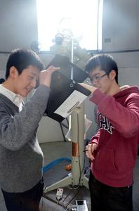 太陽を観測する都立立川高校天文気象部の生徒=東京都立川市錦町2丁目