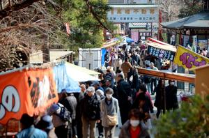 高幡不動尊では毎月28日、多くの参拝客が訪れる=東京都日野市高幡