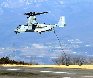 オスプレイから陸自隊員らがロープを伝って降りる訓練も行われた=群馬県榛東村、藤田太郎撮影