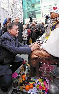 1月20日、釜山の日本総領事館前の少女像を訪れた大統領選有力候補の文在寅氏=同氏の公式ブログから