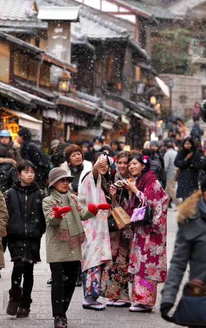 清水寺かいわいでは、かつては閑散期だった1月にも着物姿の観光客が増えた=1月14日、東山区、上田潤撮影