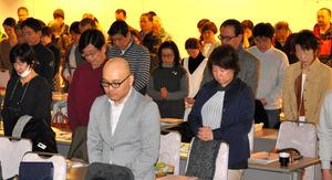 """東日本大震災が発生した午後2時46分に黙<Asajikai sjis=""""祷"""">禱</Asajikai>する参加者ら=大阪市北区"""