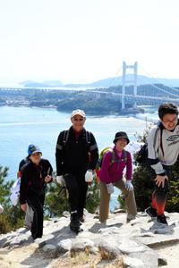 鷲羽山を登る40キロコースの参加者たち=倉敷市下津井田之浦1丁目