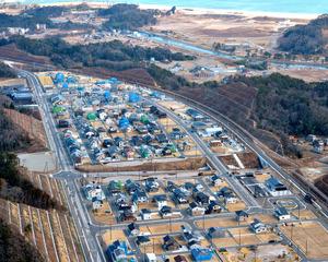 高台移転の新しい町には住宅が次々と建てられている=10日午後、宮城県東松島市、朝日新聞社ヘリから、福留庸友撮影