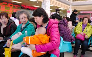 産科のある病院では診察のため多くの妊婦や乳児が訪れていた=8日午後、北京、矢木隆晴撮影