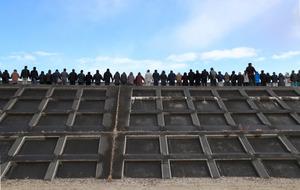 地震発生時刻に合わせ、田老の防潮堤で手をつないで犠牲者を追悼する人たち=11日午後2時46分、岩手県宮古市、鬼室黎撮影