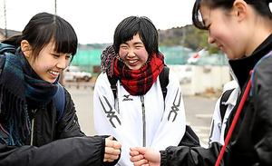 バレー部の仲間と一緒に帰る平塚亜美さん(中央)=11日午後、宮城県松島町、遠藤真梨撮影