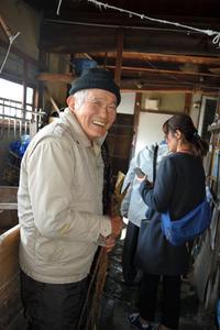 手漉き和紙の仕事場を見せる宮田寛さん=八代市妙見町