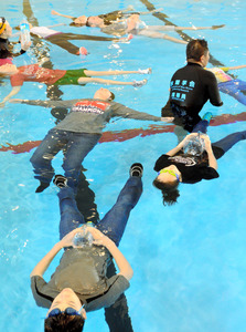 プールで「Uite Mate」を体験する参加者たち=米軍三沢基地