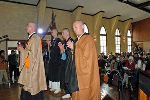 「祈りのつどい」会場の教会で般若心経を唱える僧侶たち=岡山市北区田町1丁目
