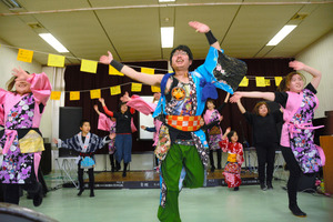 よさこいを踊る新妻道明さん(中央)、冨沢くるみさん(右)らメンバーたち=玉村町下新田