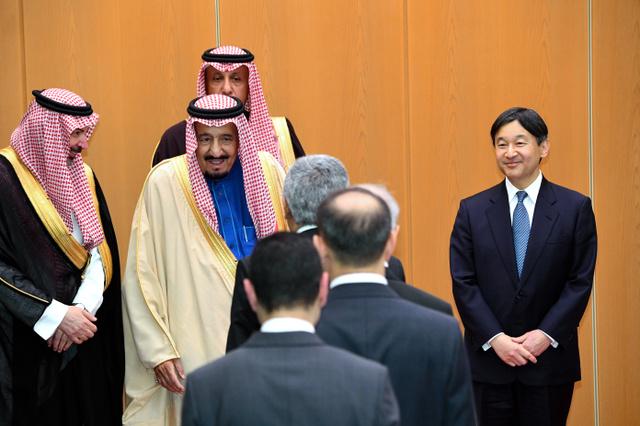 在京のアラブ各国の大使らと握手するサウジアラビアのサルマン国王(左から2人目)と皇太子さま=12日午後7時19分、羽田空港の貴賓室、恵原弘太郎撮影