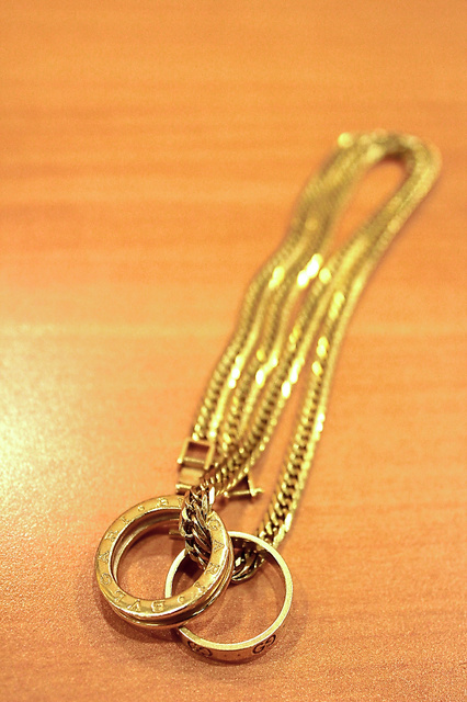 買い物依存症だったころに購入した金のネックレスと高級ブランドの指輪。いつも身につけている