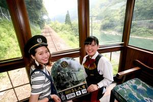 各地をまわる平田たかこさん(左)=熊本県内