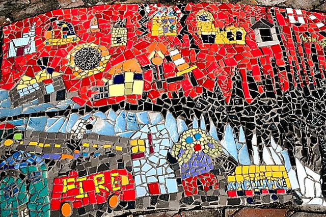 「地震発生」を描いたモザイク。赤や黒など強い色が使われ、子どもたちが受けたショックの度合いがうかがえる=カイアポイ北小学校