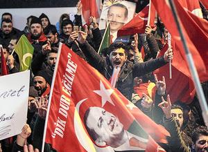 トルコのイスタンブールで12日、抗議のためオランダの総領事館前に集まったトルコ人たち=AP