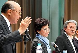 討論会で意見を述べる(左から)胡国興氏、林鄭月娥氏、曽俊華氏=12日午後、香港、益満雄一郎撮影