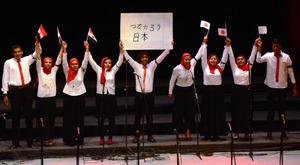 「つながろう日本」と書いたボードを掲げて歌ったグループもあった=12日、カイロ、翁長忠雄撮影