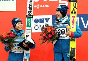 W杯最終戦で優勝し笑顔の伊藤有希(右)と2位の高梨沙羅=林敏行撮影