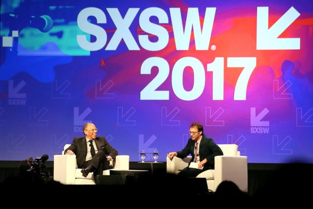 SXSW2017で講演するNYTのディーン・バケー編集主幹(左)=12日、テキサス州オースティン、加藤丈朗撮影