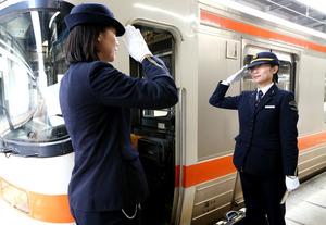 乗務を引き継ぎ、敬礼する女性車掌たち。女性の乗務員は珍しい存在ではなくなった=JR名古屋駅、川津陽一撮影