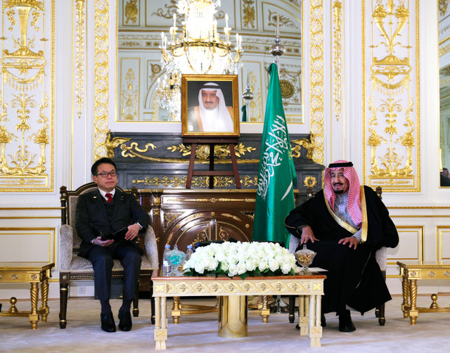 世耕弘成経産相(左)の表敬を受けるサウジアラビアのサルマン国王=13日午前11時37分、東京・元赤坂の迎賓館、代表撮影