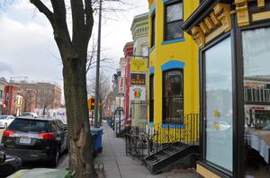 「Uストリート」周辺ではエチオピア料理店の看板を見かける=ワシントン、高野裕介撮影