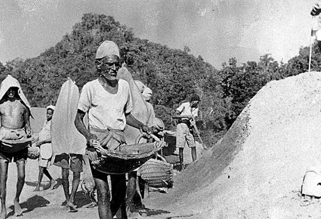 タイとビルマを結ぶ泰緬(たいめん)鉄道の建設現場。日本軍の虐待などで、連合軍捕虜のほか3万人以上のビルマ人が死亡したとされる=1943年、ビルマ