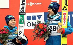 W杯最終戦で優勝した伊藤有希(右)と2位の高梨沙羅