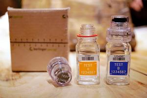 尿検査で使用されている容器。2016年12月撮影=AP