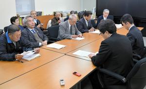 長崎県危機管理課の担当者(右)に要請の内容を伝える4団体のメンバー=長崎市の長崎県庁