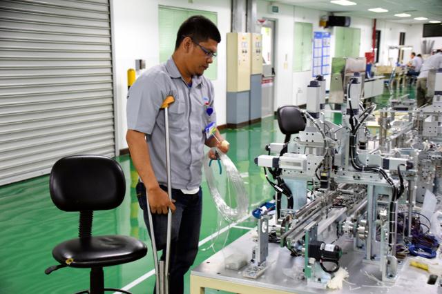 オムロンのインドネシア工場では、35人の障害者が健常者と同じ環境で働いている=インドネシア・西ジャワ州