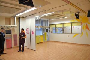 新しい小児集中治療室には、壁に太陽や花の絵が描かれ、床は木目調になっている=安曇野市豊科の県立こども病院