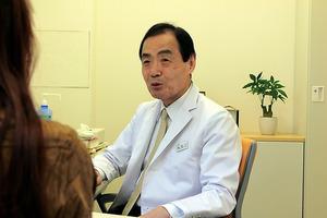 女性は今も月1回、渡辺登さんの診察を受けている=東京都港区の赤坂診療所