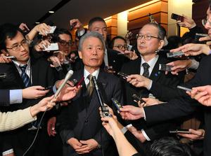 安倍首相との会談後、記者の質問に答える経団連の榊原定征会長(左)と連合の神津里季生会長=13日午後6時3分、首相官邸、仙波理撮影