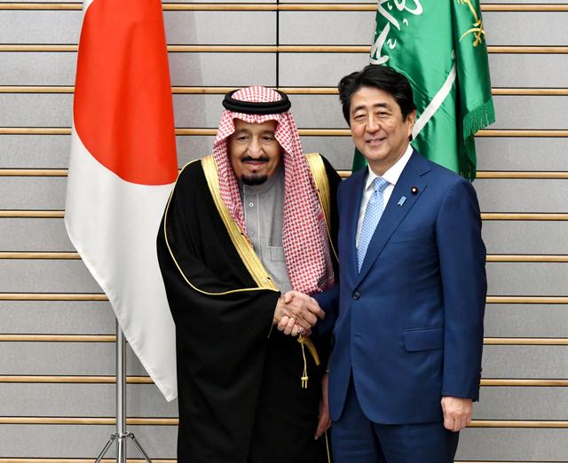 サウジアラビアのサルマン国王(左)との首脳会談を前に握手する安倍晋三首相=13日午後6時28分、首相官邸、仙波理撮影