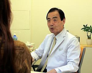女性は今も、渡辺登さんの診察を受けている=東京都港区の赤坂診療所