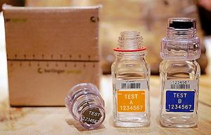 尿検査で使用されている容器=AP