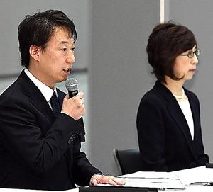 第三者委員会による調査報告を受けて会見するDeNAの守安功CEO(左)と南場智子会長=13日午後、角野貴之撮影