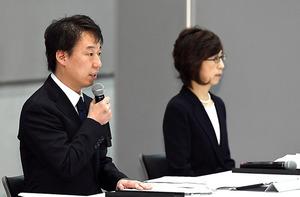 第三者委員会による調査報告を受けて会見するDeNAの守安功CEO(左)と南場智子会長=13日午後6時22分、東京都渋谷区、角野貴之撮影